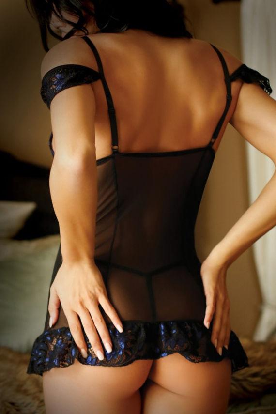 Bewitching Nachtjurkje van Vixen. Dit prachtige jurkje van Vixen zorgt voor een uitdagende en verleidelijke look. Het jurkje is gemaakt van doorschijnend netstof en is voorzien van kanten cups met een sierlijk blauw bloemenpatroon.